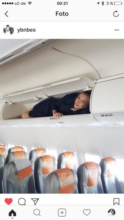 Besra im Staufach eines Flugzeuges